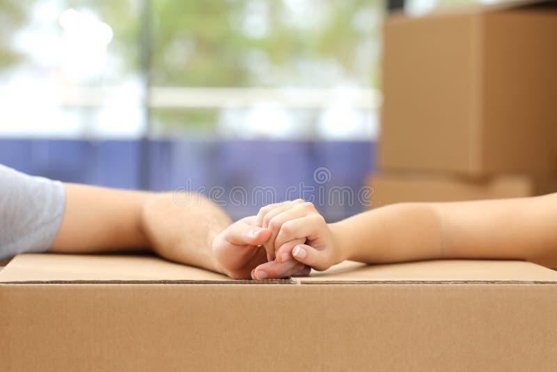 夫妇藏品移交箱子移动的家 库存图片