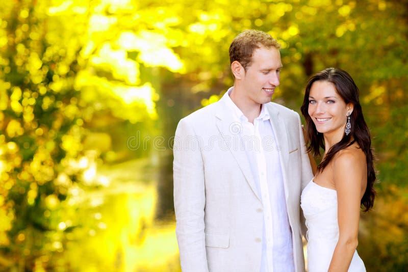 夫妇蜜月结婚的公园 免版税库存图片