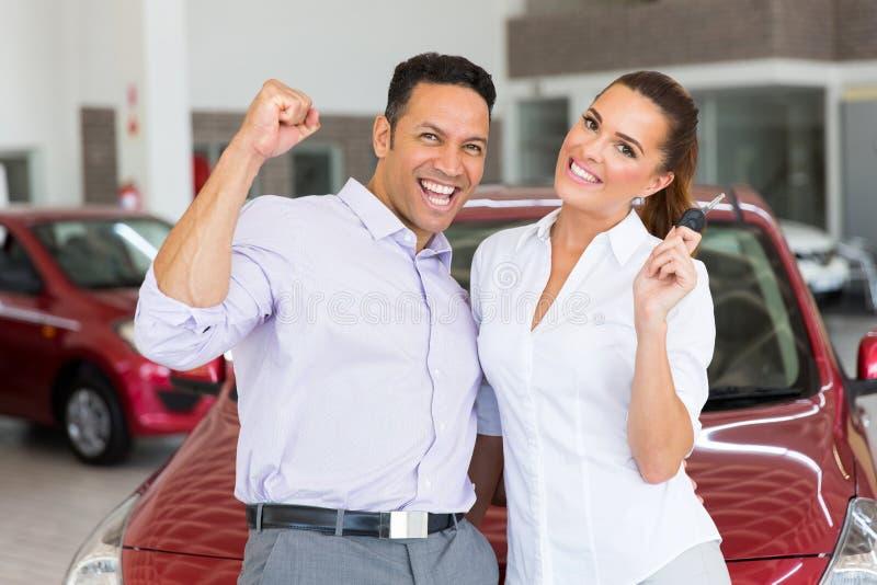 夫妇被买的新的汽车 库存图片