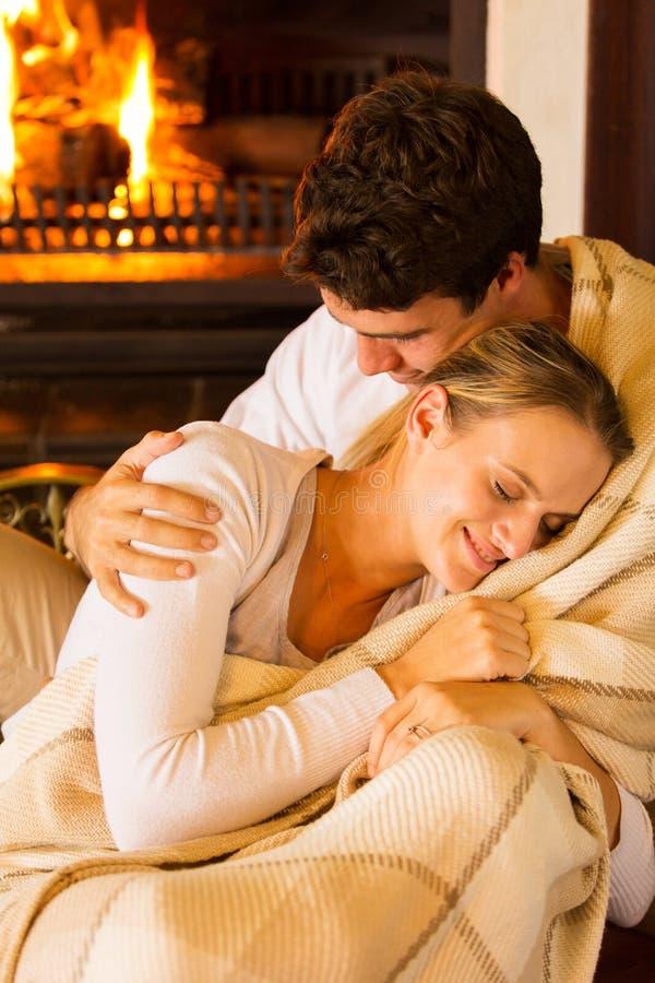 夫妇被包裹的毯子 免版税库存照片