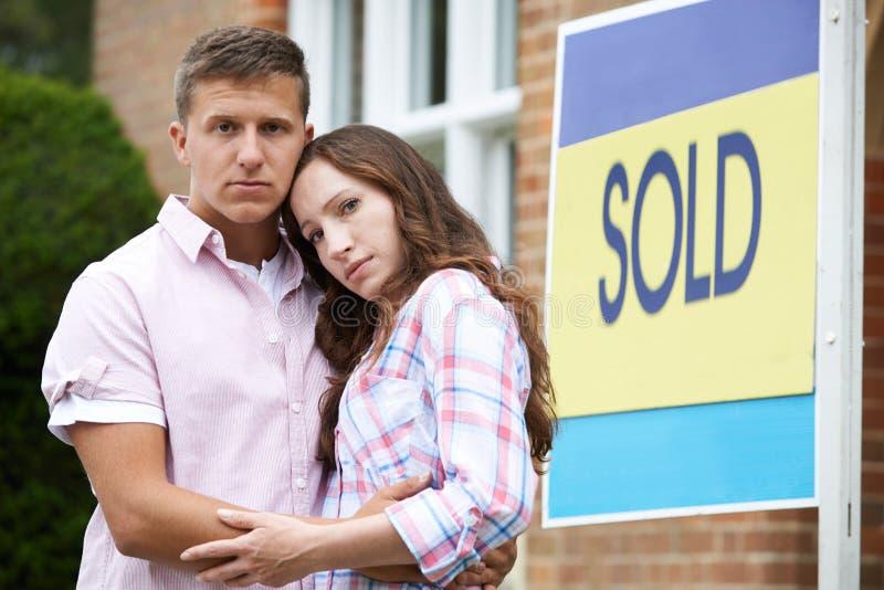 年轻夫妇被迫通过财政问题卖在家 图库摄影
