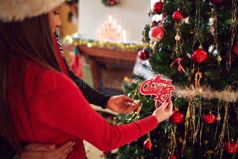 夫妇装饰圣诞树,关闭  图库摄影