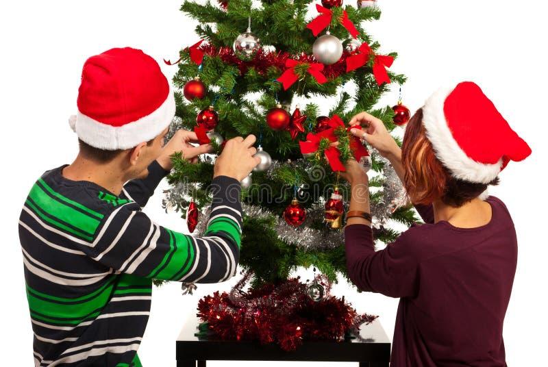 夫妇装饰圣诞树 免版税库存照片