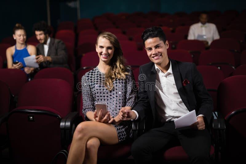 夫妇观看的电影在剧院 免版税库存图片