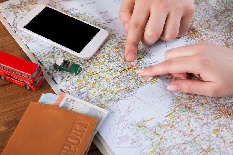 夫妇计划旅行向伦敦,英国 免版税库存照片