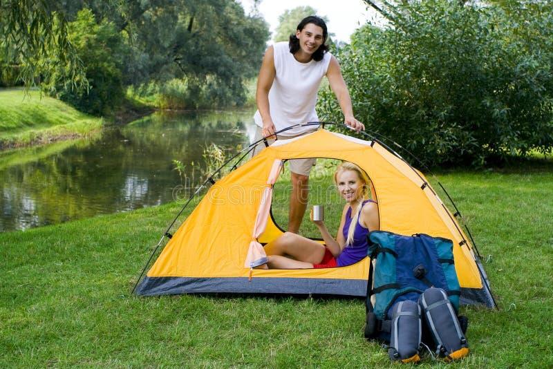 夫妇设置帐篷 免版税库存图片
