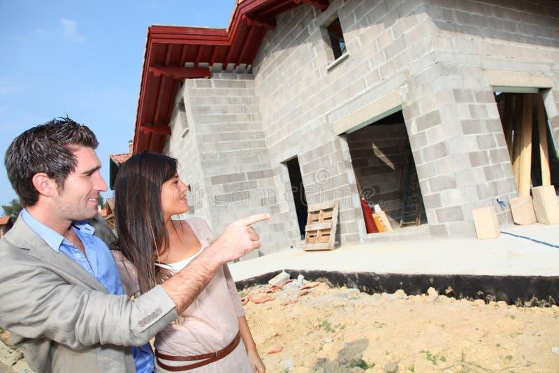 夫妇访问的将来的家 免版税库存图片