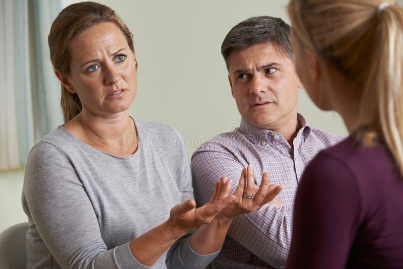夫妇谈论问题与关系顾问 免版税库存照片