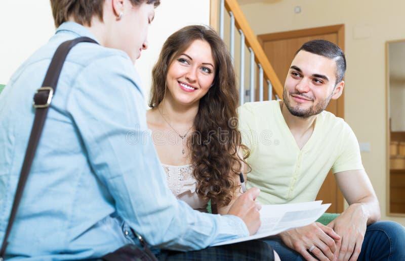 夫妇谈话与保险代理公司 免版税库存图片