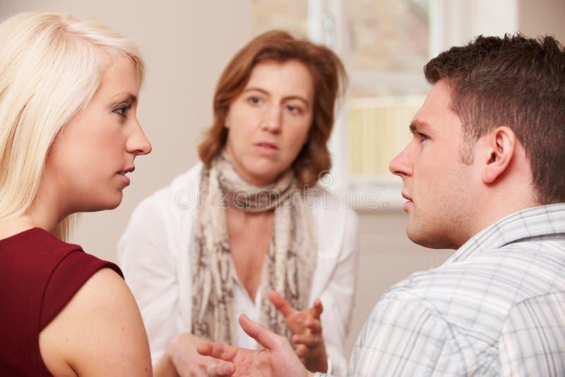夫妇谈话与关系顾问 免版税库存照片