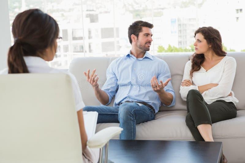 夫妇谈话与他们的治疗师 库存照片