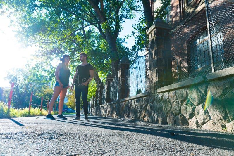 年轻夫妇谈话在日落在一个城市环境里 免版税图库摄影