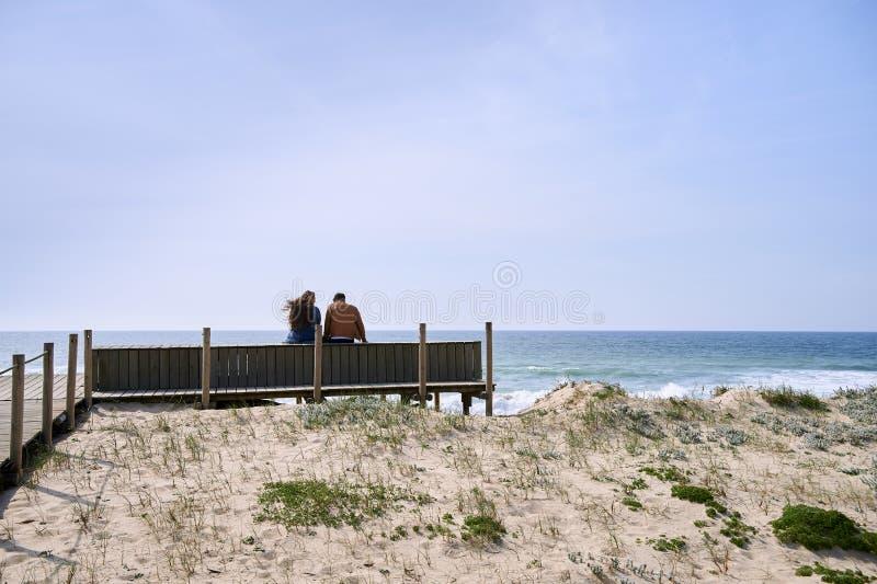 夫妇谈话在海滩附近 免版税库存图片