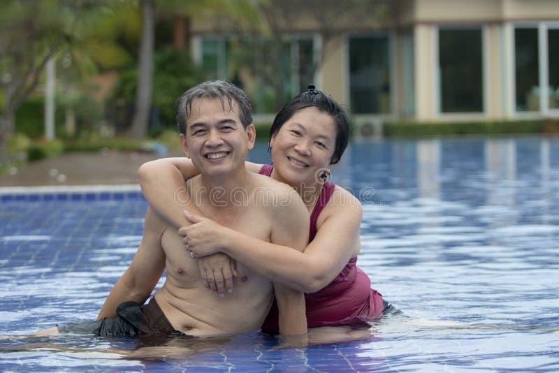 夫妇资深亚洲男人和妇女愉快使用在水poo 免版税库存照片