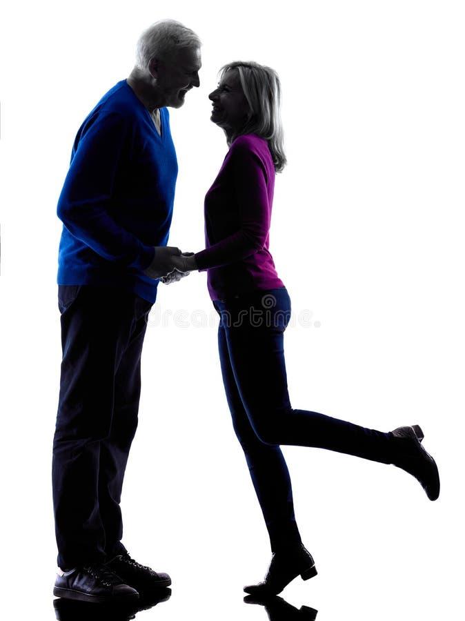夫妇资深亲吻的剪影 免版税库存照片