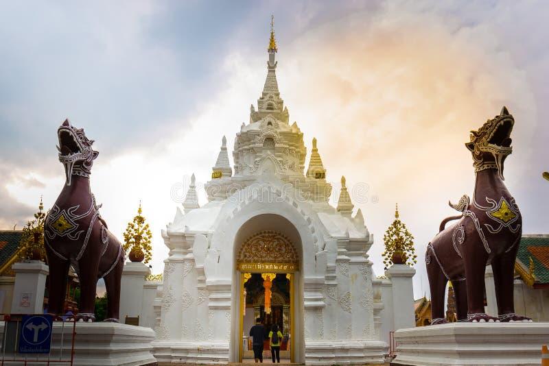 夫妇走了到骇黎朋猜Wat Phra的门 的treadled 库存图片