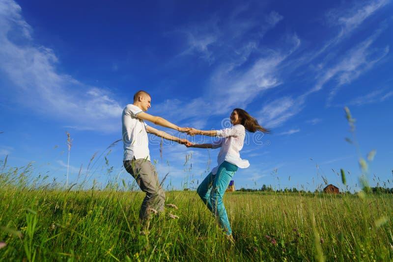 夫妇走的年轻人 免版税库存图片