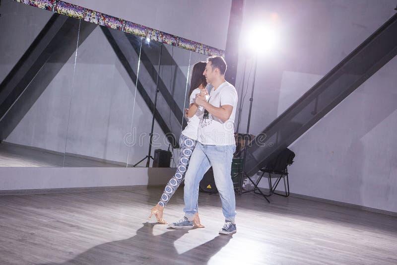 夫妇跳舞在大大厅里 体育和激情 免版税图库摄影