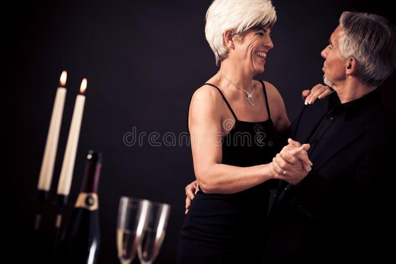 夫妇跳舞查出在高级白色 库存照片
