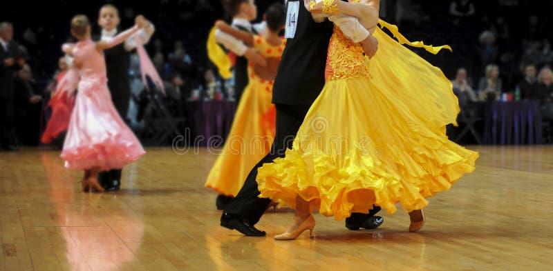 夫妇跳舞的拉丁跳舞 免版税库存照片