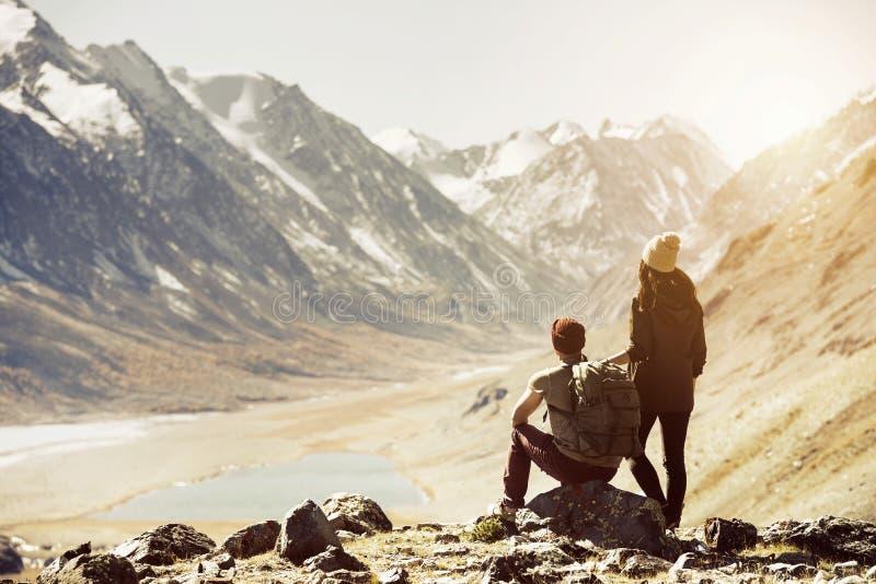 夫妇迁徙的旅行山概念 免版税库存图片
