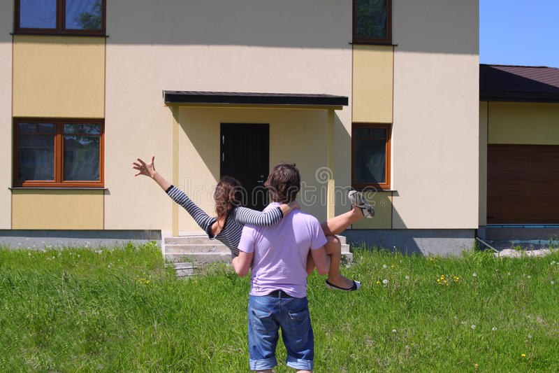 夫妇进入的家庭新他们 免版税图库摄影