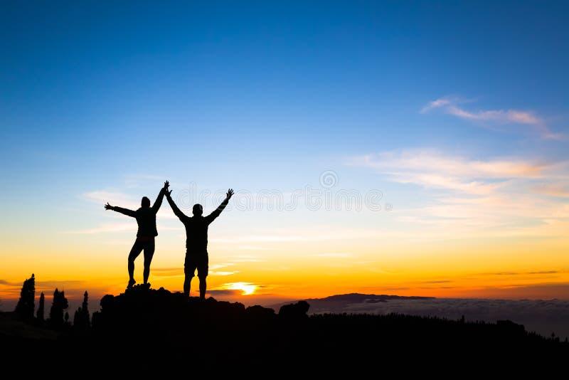 夫妇远足者在山的成功概念 库存照片