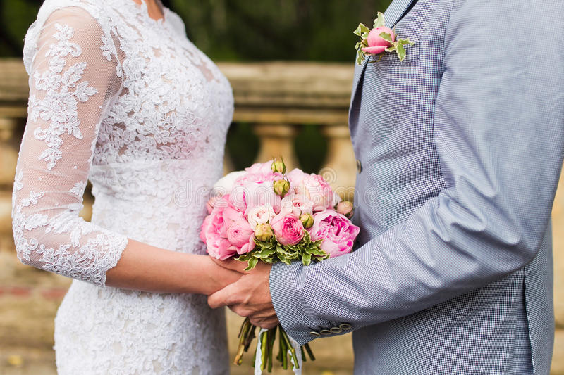 Download 夫妇递婚礼 库存图片. 图片 包括有 唯一, 希望, 统一性, 新郎, 合伙企业, 结婚, 幸福, 藏品 - 44795829