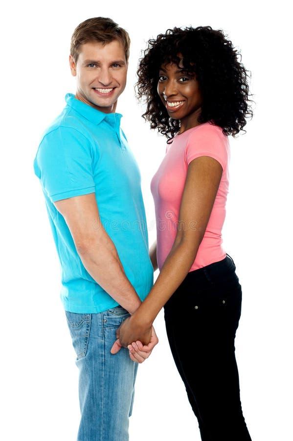 夫妇递愉快的藏品年轻人 免版税库存图片