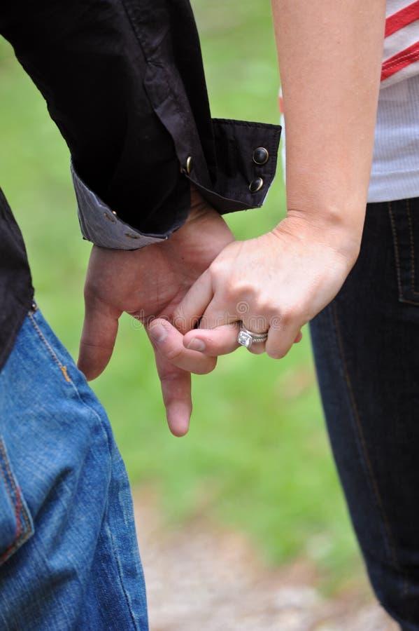 夫妇递藏品年轻人 免版税图库摄影