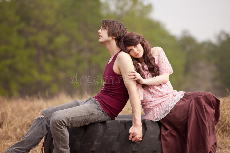 夫妇递藏品浪漫年轻人 免版税库存照片