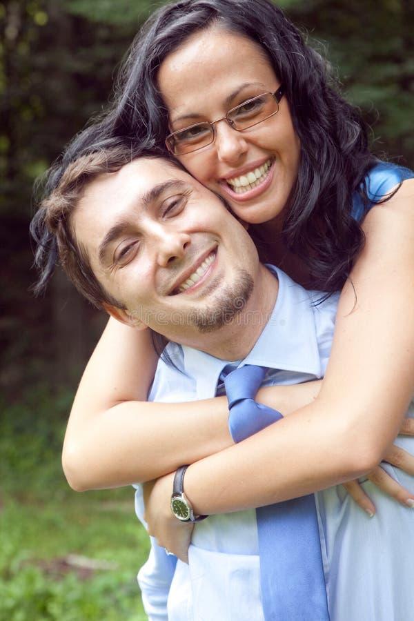夫妇逗人喜爱的拥抱的室外嬉戏的年&# 免版税库存图片