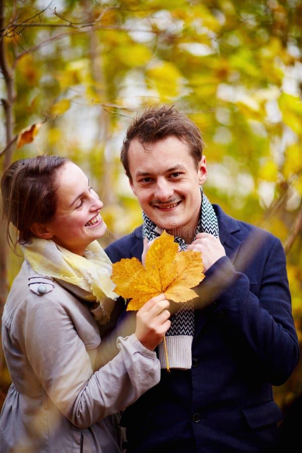 夫妇逗人喜爱的秋天藏品叶子槭树年&# 免版税库存图片