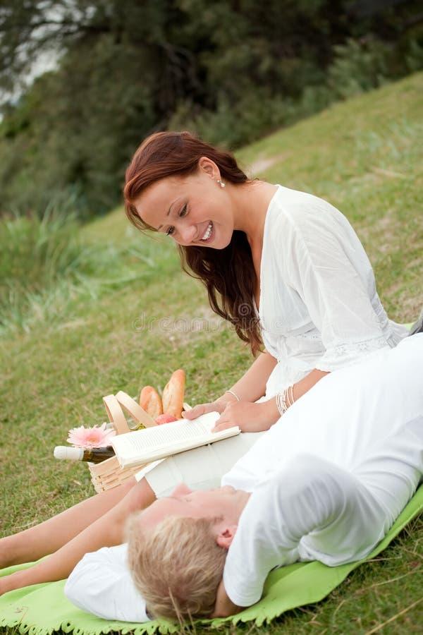 夫妇逗人喜爱的野餐浪漫年轻人 免版税库存照片