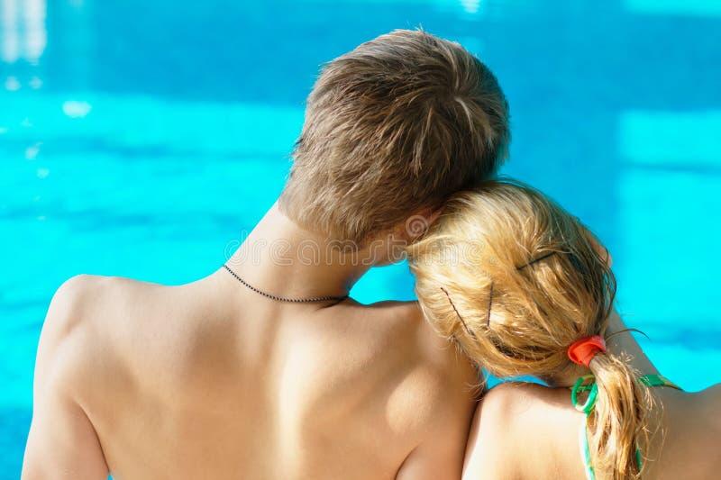 夫妇青少年池的游泳 免版税库存照片