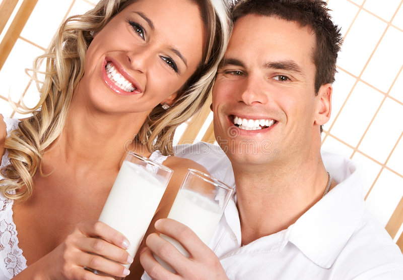 夫妇饮用奶 图库摄影