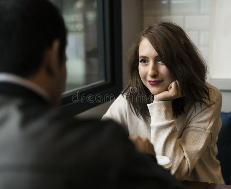 夫妇饮用的咖啡店放松 库存照片