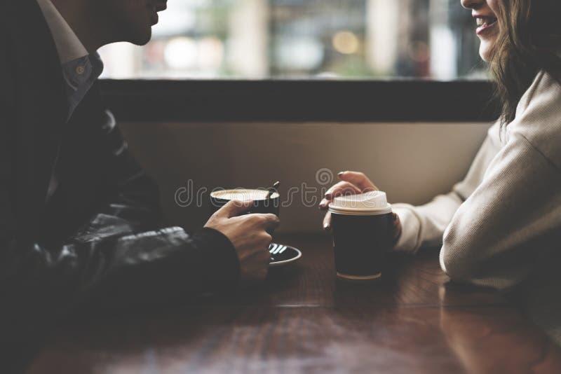 夫妇饮用的咖啡店放松 库存图片