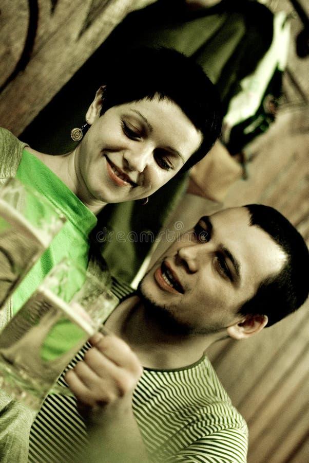夫妇饮用的年轻人 库存照片