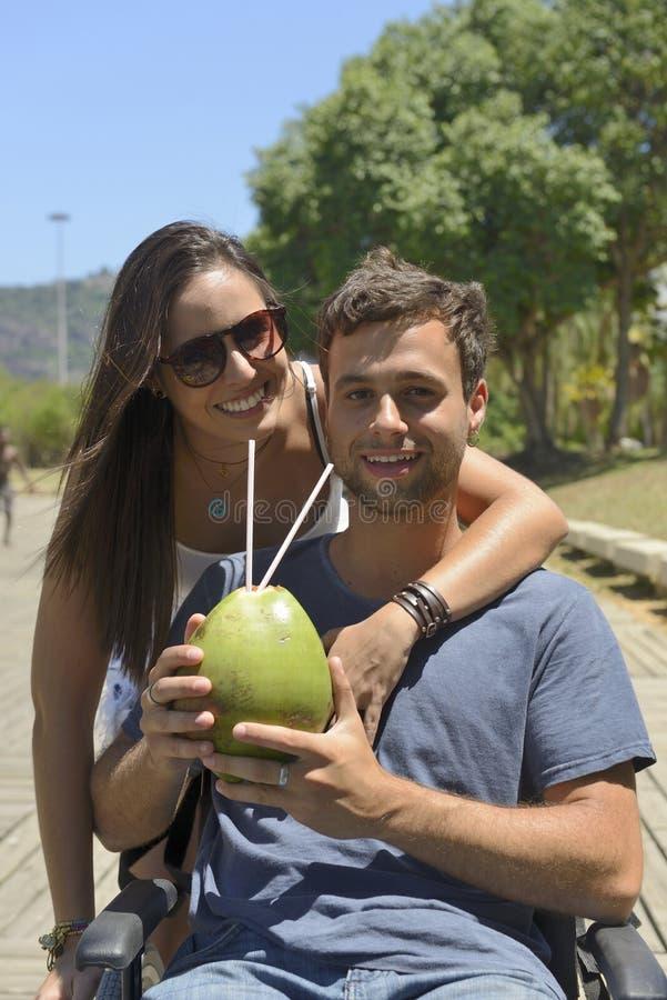 夫妇饮用的椰子水 库存图片
