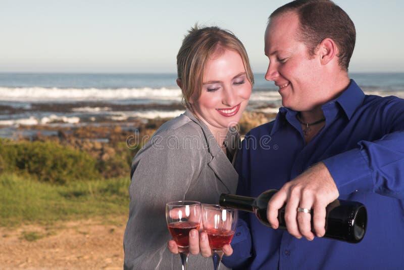 夫妇饮用的酒 免版税库存照片