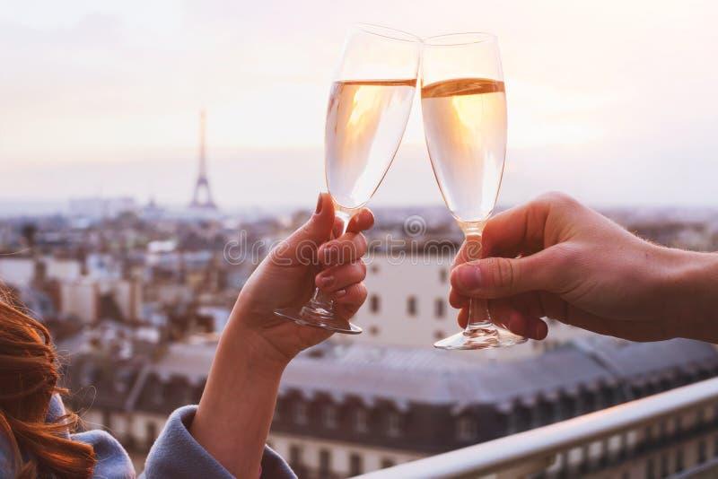 夫妇饮用的香槟或酒 免版税库存图片