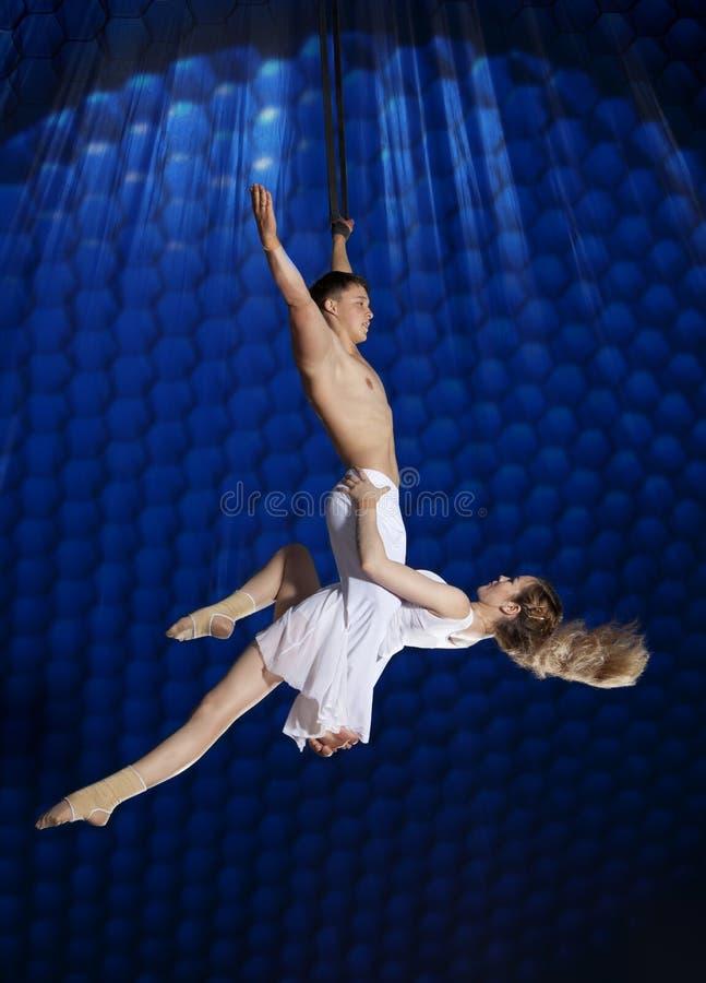 夫妇马戏空气体操运动员 免版税图库摄影