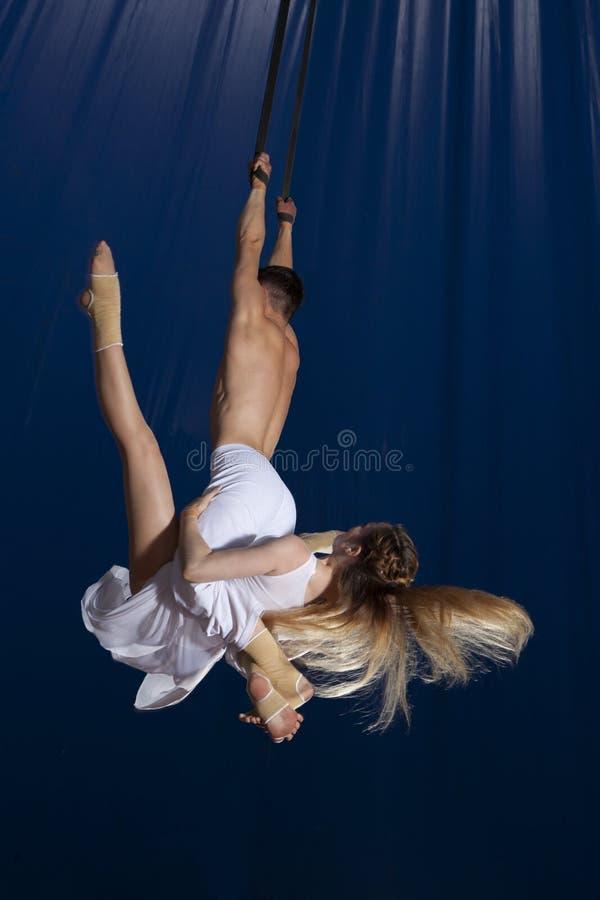 夫妇马戏空气体操运动员 免版税库存图片