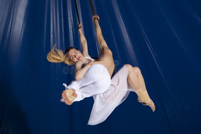 夫妇马戏空气体操运动员 免版税库存照片