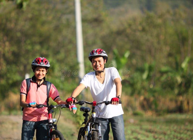夫妇骑自行车者 库存图片