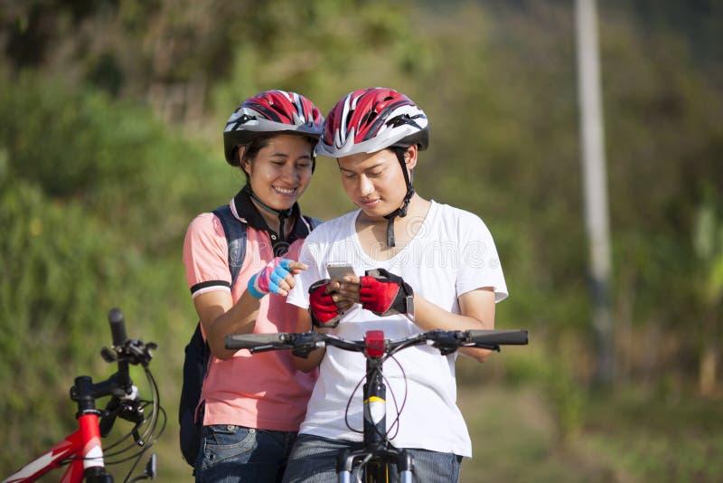 夫妇骑自行车者 库存照片