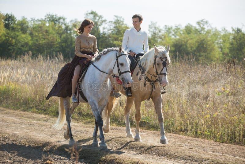 年轻夫妇骑马 免版税库存照片