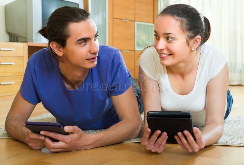 夫妇读书eBooks在家 库存照片