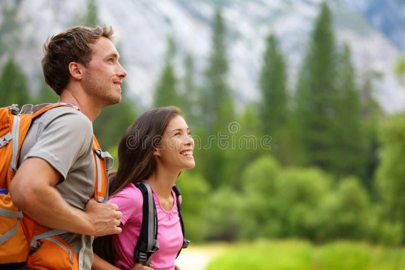 夫妇-步行在优胜美地的活跃远足者 库存图片